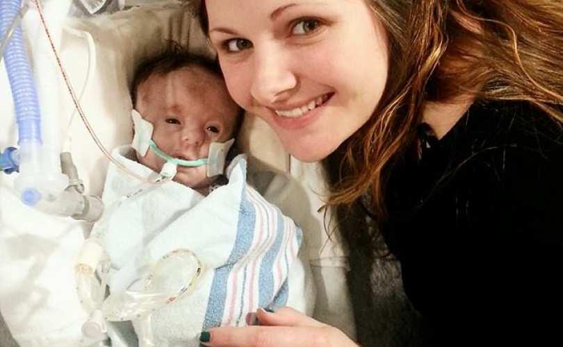 Les docteurs ont refusé de venir en aide à ce bébé atteint de trisomie 18, mais les parents n'ont pas lâché. Aujourd'hui, elle profite de la vie!