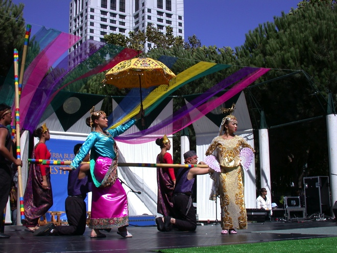 Kariktan Dance Company performing on the Pistahan Main Stage.