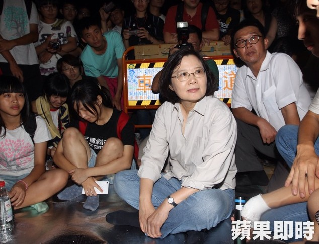 Tsai's visit to the Ministry of Education, Photo: Apple Daily