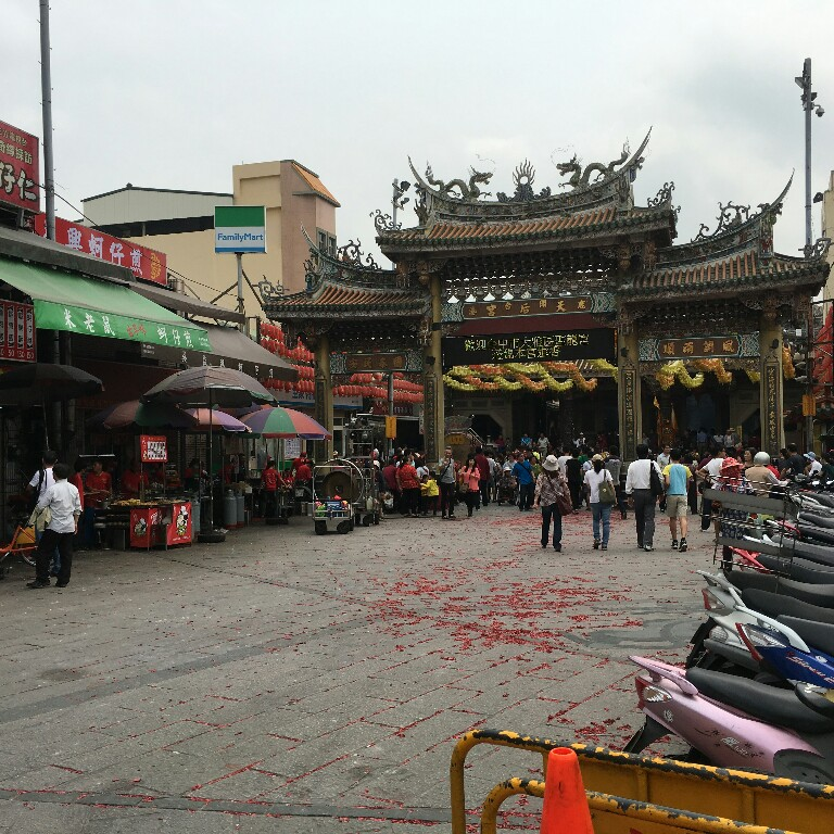 The entrance of the famous Lukang Mazu Temple (天后宮). In traditional Taiwanese belief, Mazu is the protector of sea, and is one of the most famous goddess.