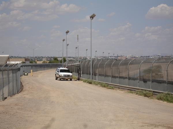 US-Mexico_border_fence_(1).jpg