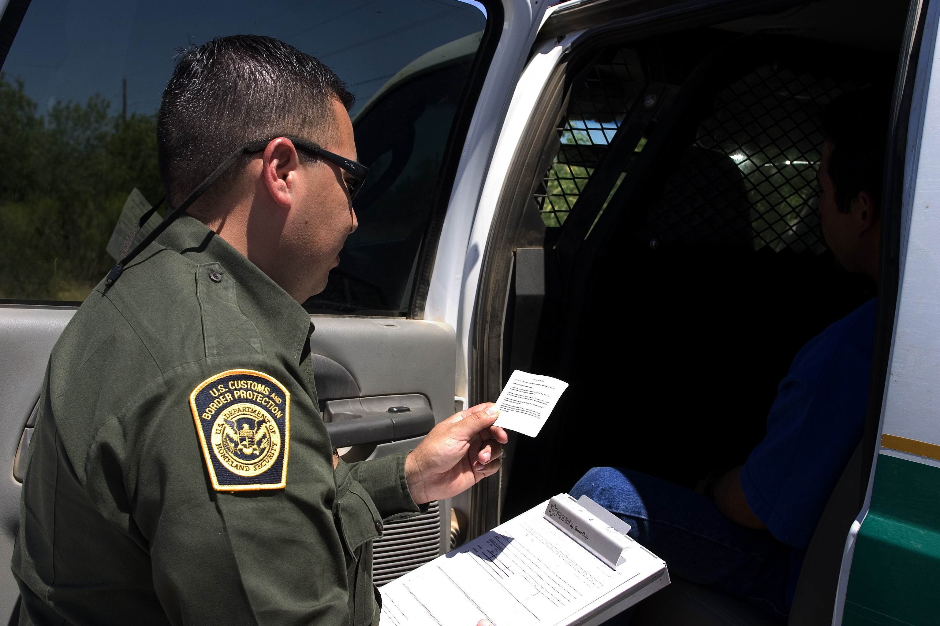 CBP_Border_Patrol_agent_reads_the_Miranda_rights.jpg