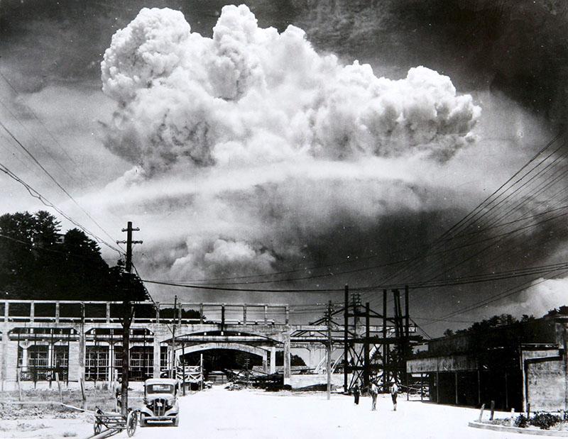 Atomic_cloud_over_Nagasaki_from_Koyagi-jima.jpeg