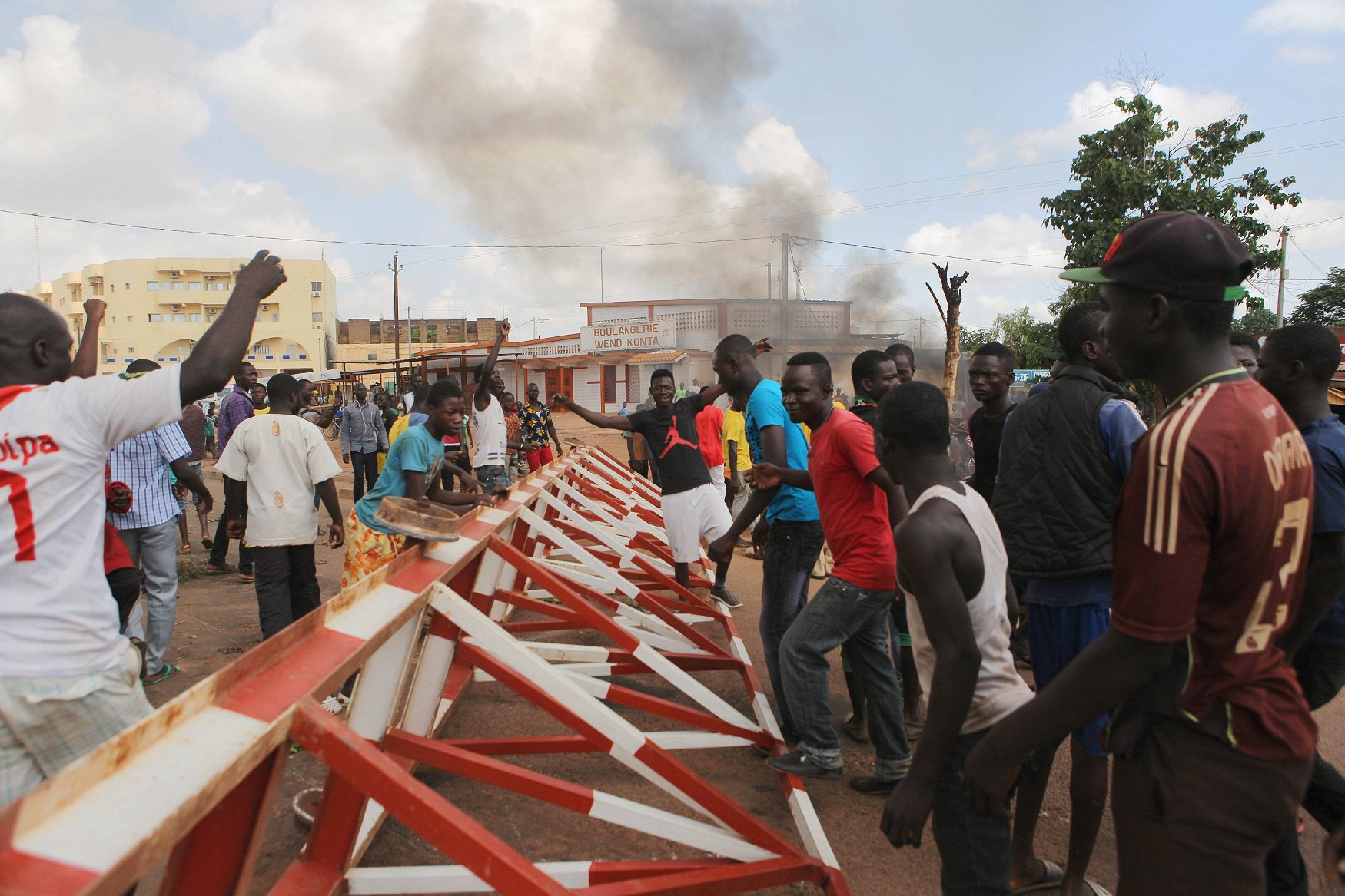 Anti-coup-protesters-erect-a-barricade-in-Ouagadougou-Burkina-Faso-September-19-2015.-Photo-REUTERS-Joe-Penney.jpg