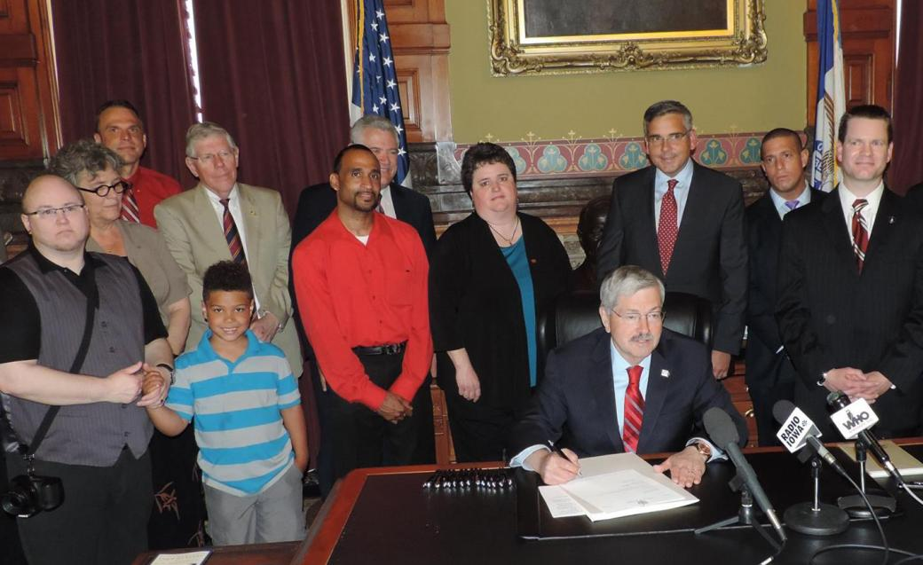 ia_gov_signs_hiv_bill.jpg
