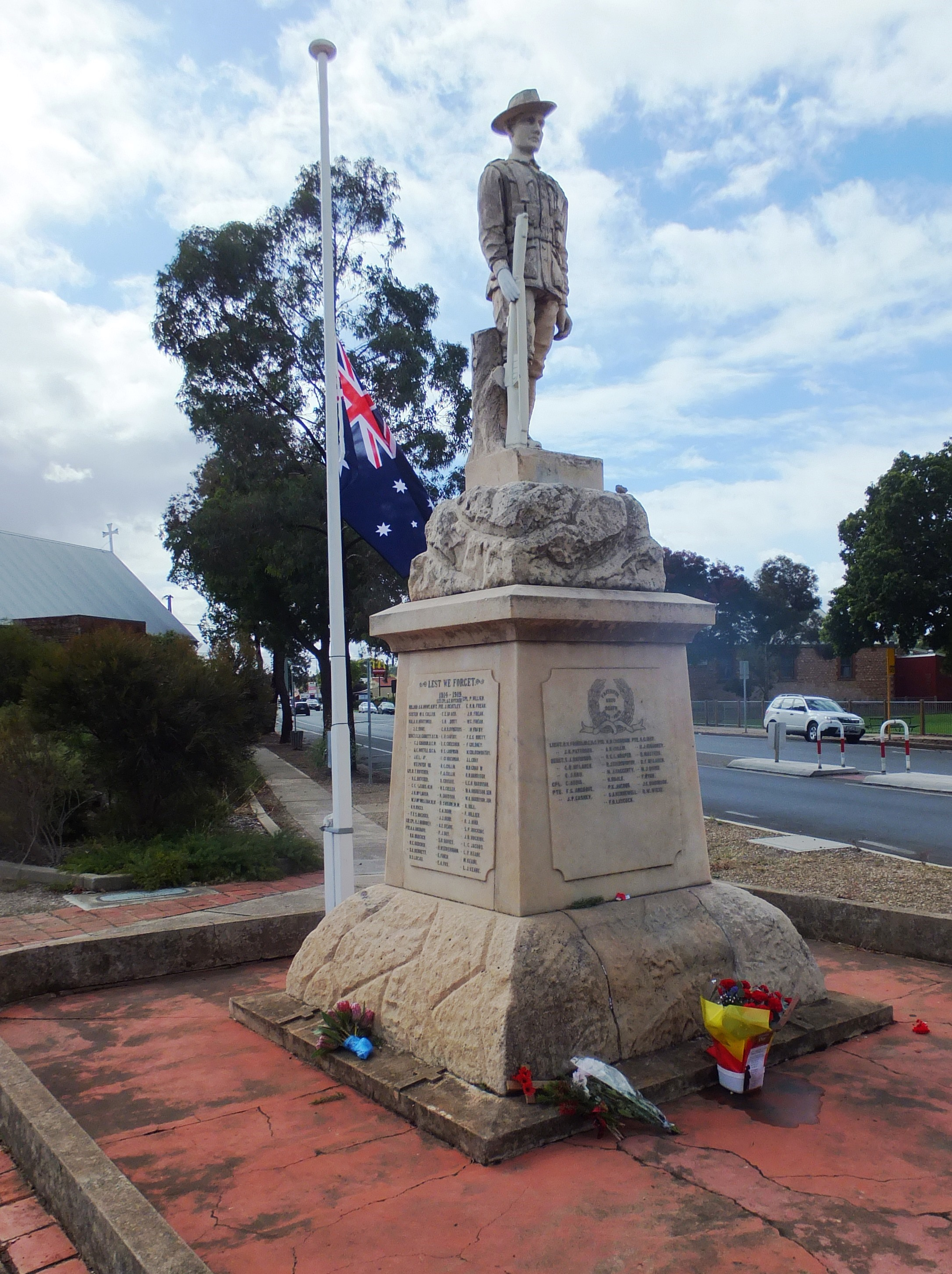 Gawler_South_WWI_Memorial_2015_Anzac_Day_(17074445259).jpg