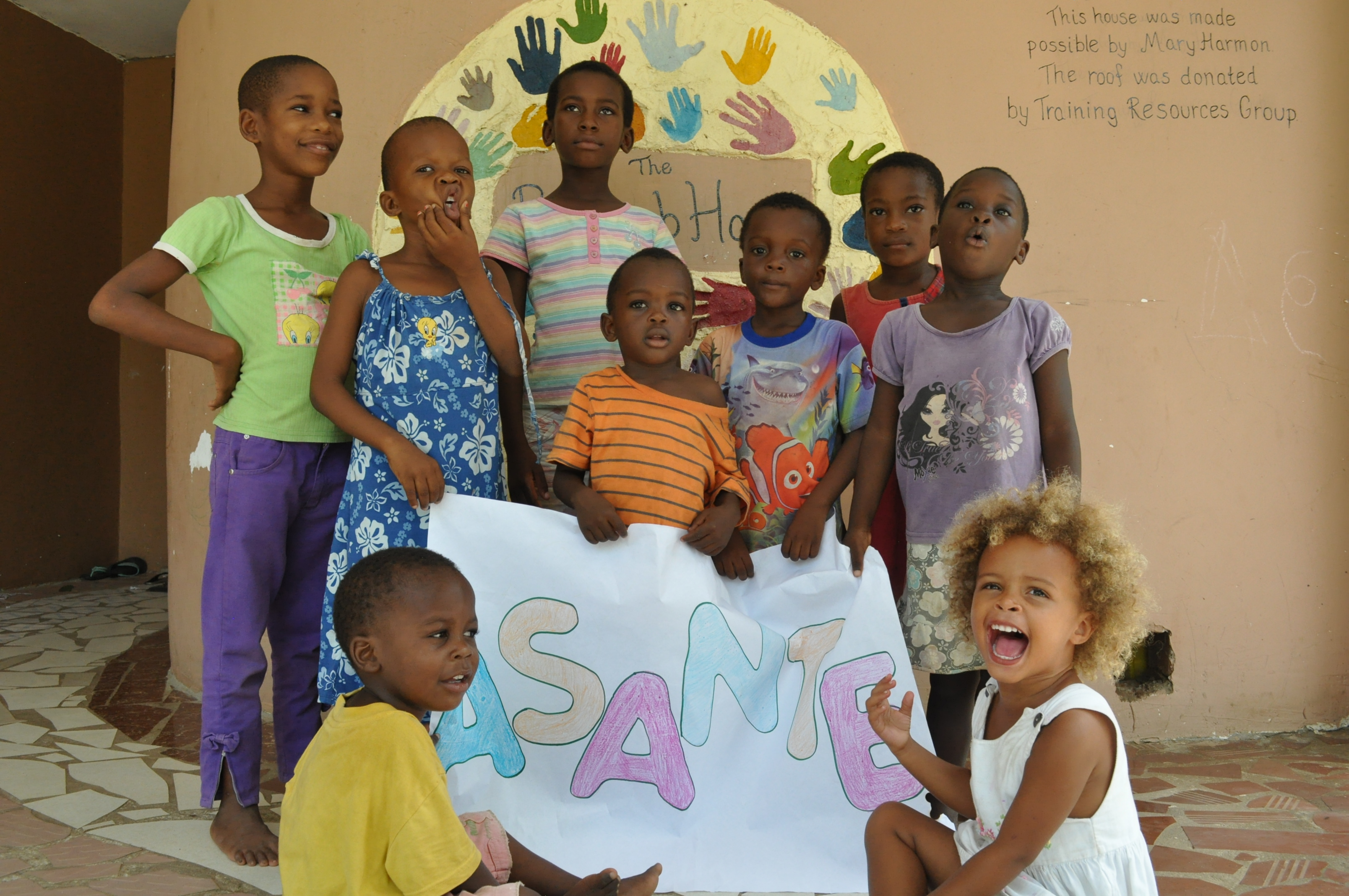Kids_with_Asante_sign_(14).JPG