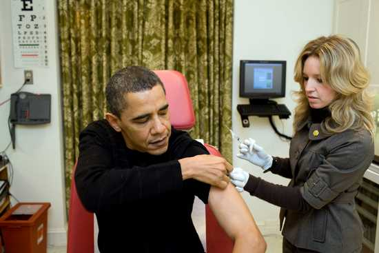 A_nurse_vaccinates_Barack_Obama_against_H1N1.jpg