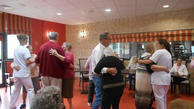 maison-de-retraite-les-residents-ont-danse-lors-dun-bal.jpg