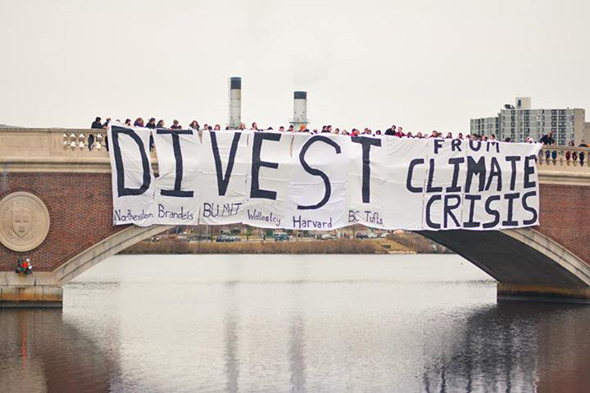 Divest_banner_drop_on_John_Weeks_Bridge_(140107).jpg