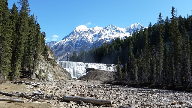 waterfall-1258883_640.jpg