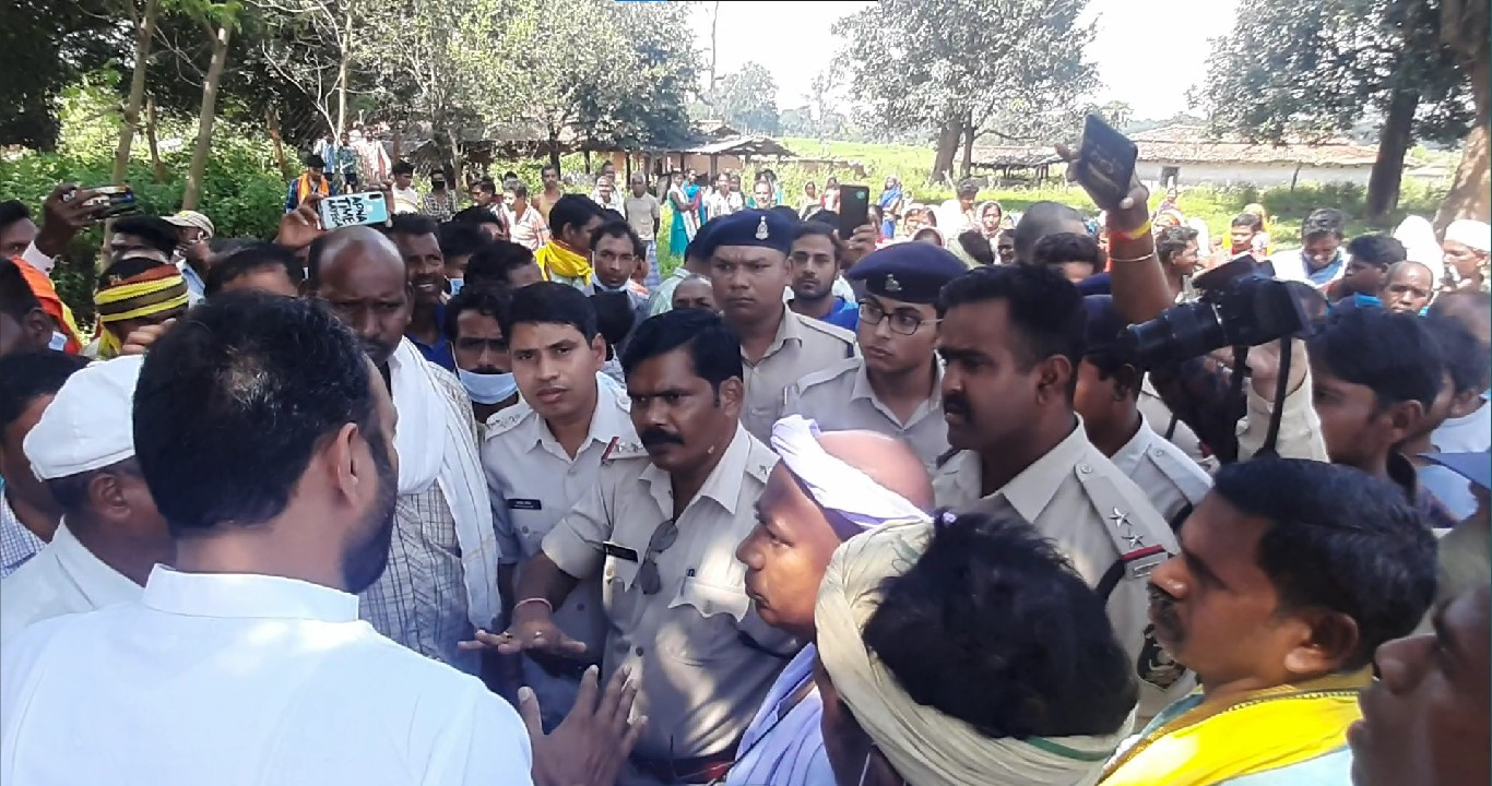 Police intervene after pro-coal hecklers attempt to disrupt a peaceful protest rally by Adivasi against Adani coal mines. Photo by a special correspondent