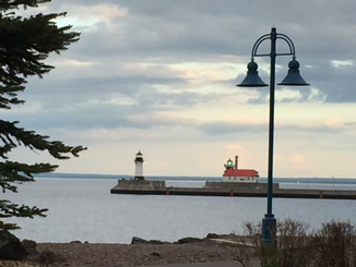 Small_Lighthouse_at_sunset_from_Lakewalk.jpg