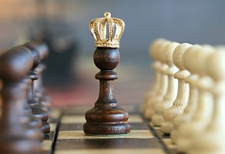 Crowned_chess_piece_pawns_pexels-photo-260024.jpeg