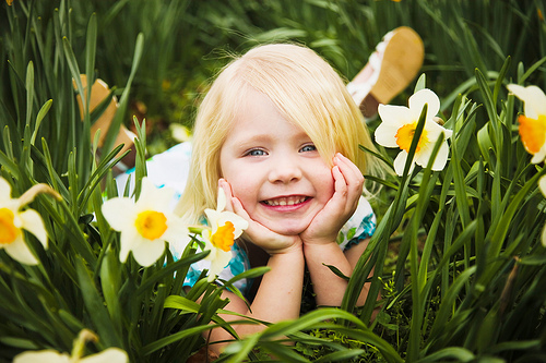 child-with-flowers-enfant-fleur-verdure-nature.jpg