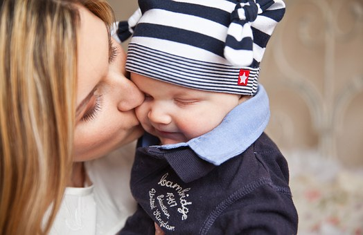 Baby-With-Mom-Tenderness-Baby-Mother-Kiss-mere-bebe-enfant.jpg