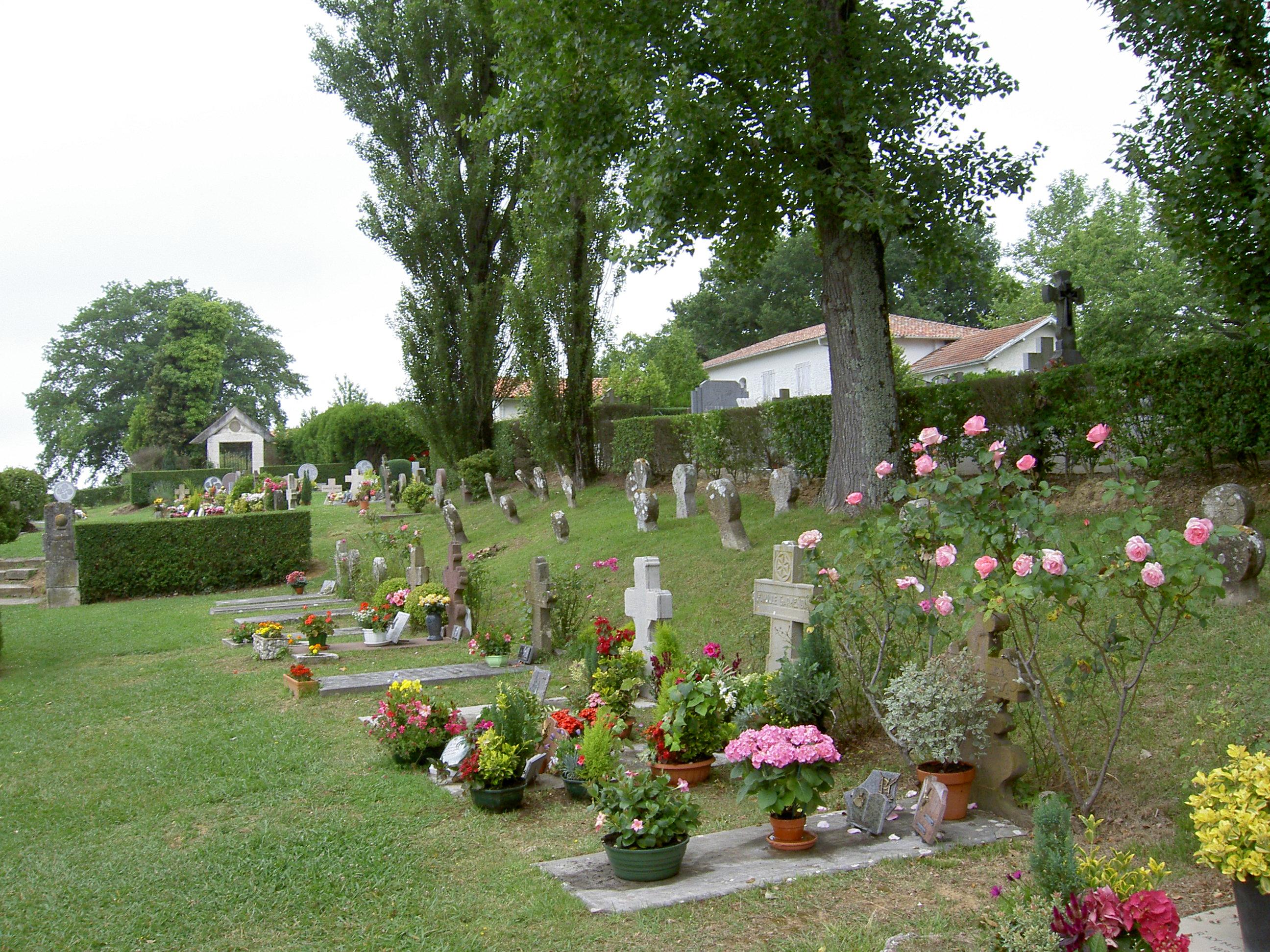 Le respect dû aux morts se perd au Québec et dans le monde... - Page 2 Cimetiere_d_Arcangues-pierre-tombales-tombeaux