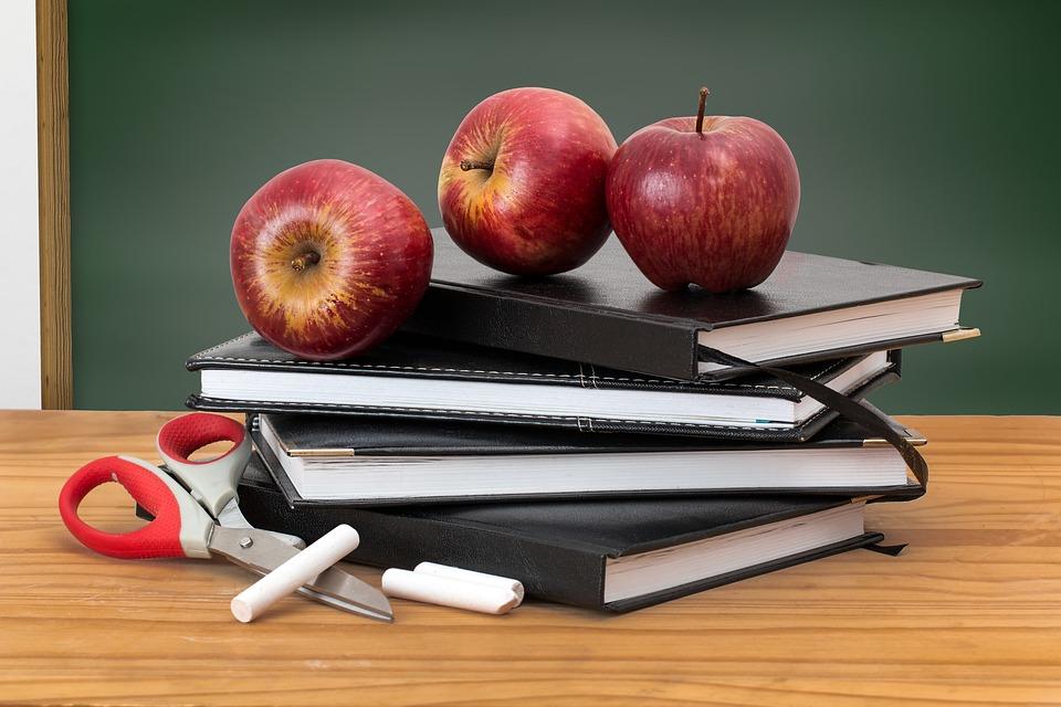 ecole-classe-classroom-livres-pommes.jpg