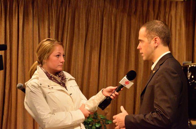 Georges Buscemi en entrevue avec une journaliste de la télévision de Radio-Canada
