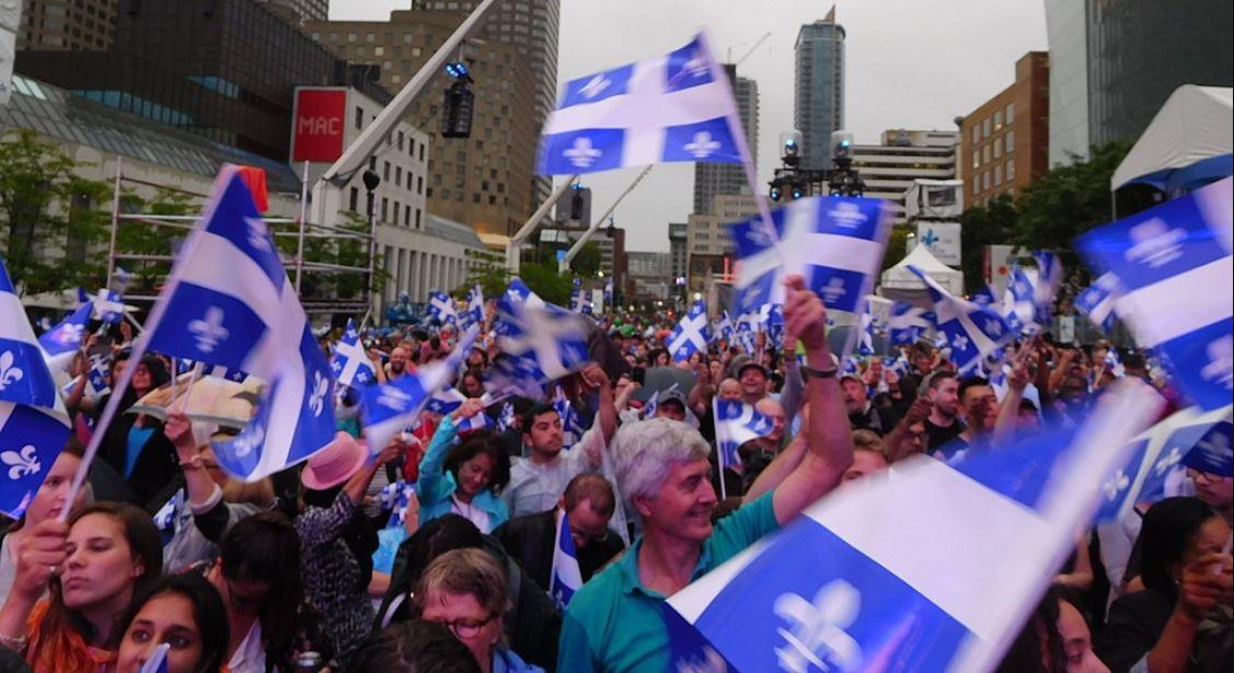 Fete_de_la_Saint-Jean-Quebec-drapeaux-foule-Jeangagnon-Wikimedia_Commons.jpg
