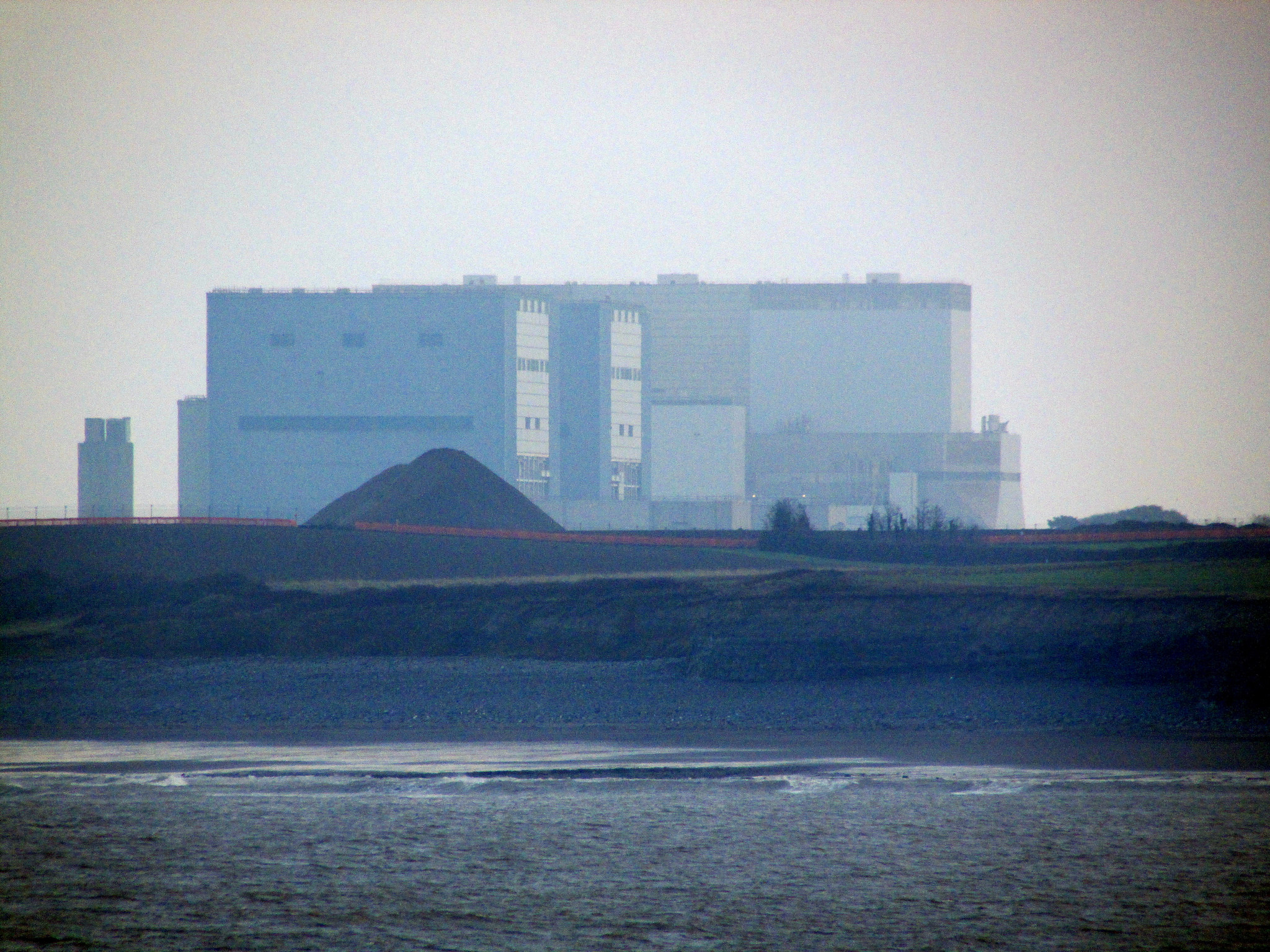 Gorsafoedd Trydan Hinkley Point gan (h/c) Reading Tom, https://www.flickr.com/photos/16801915@N06/18993808376/