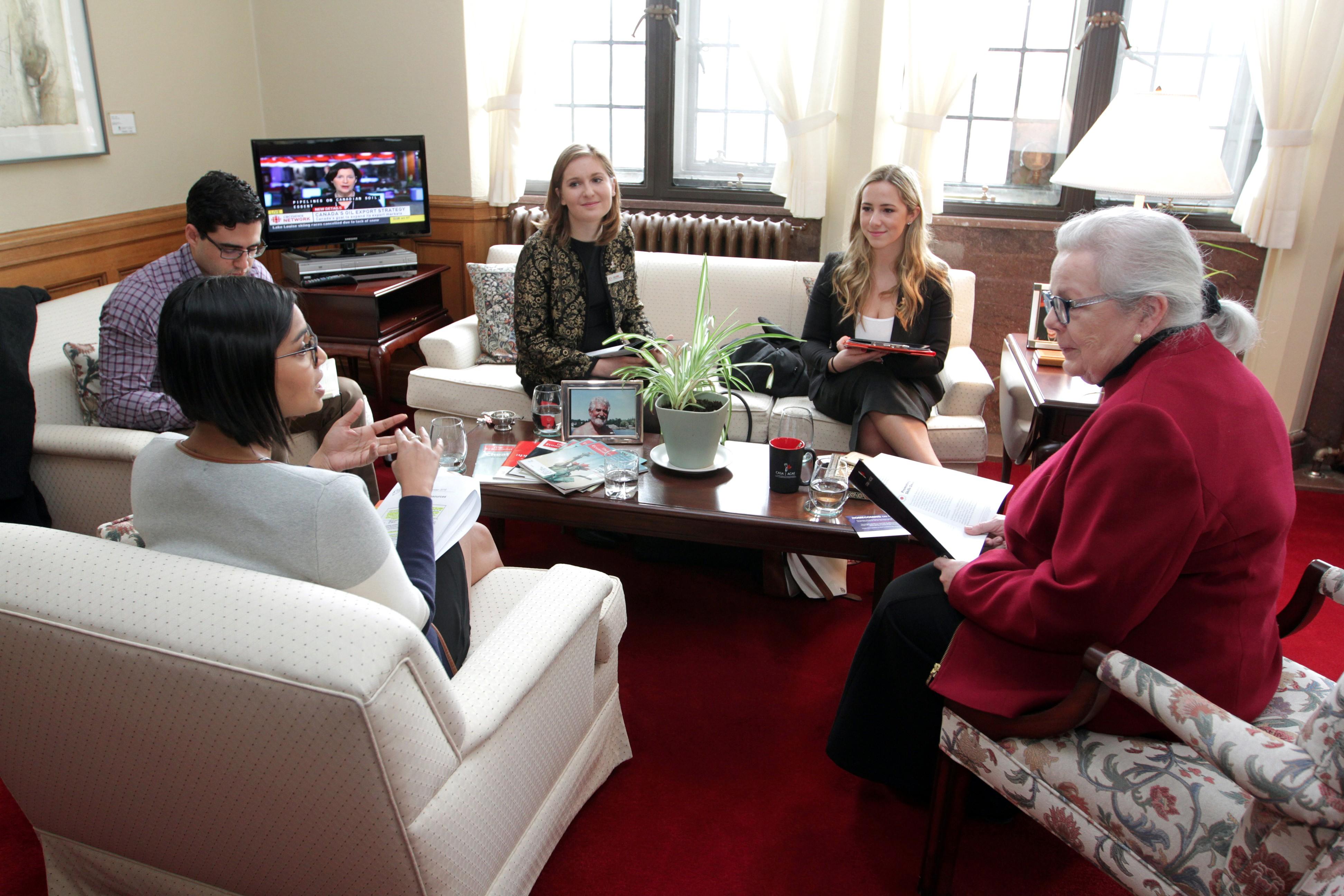 Des étudiants qui parlent avec une politicienne dans le gouvernment fédéral