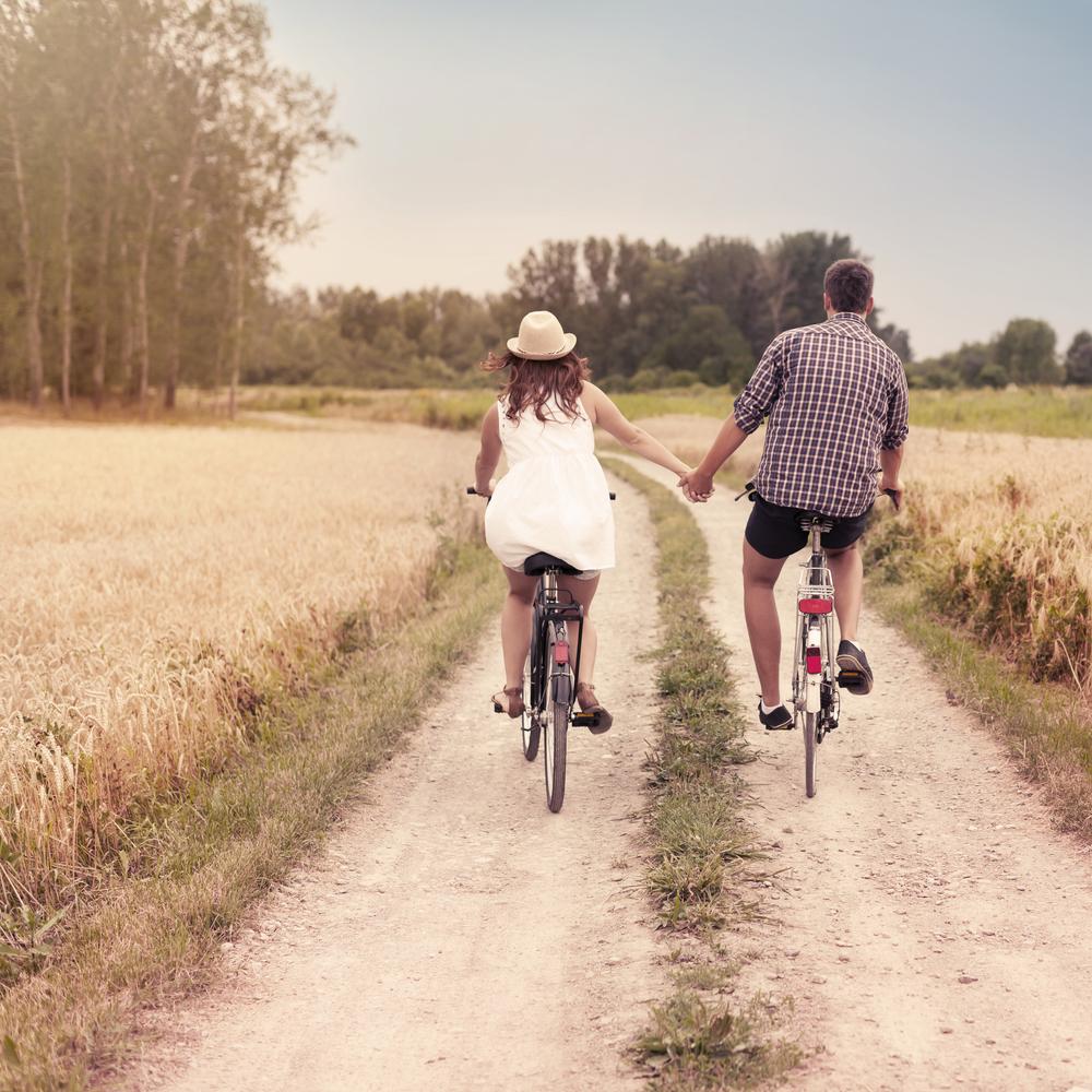Depositphotos_21841381_m-2015-couple_bikes.jpg