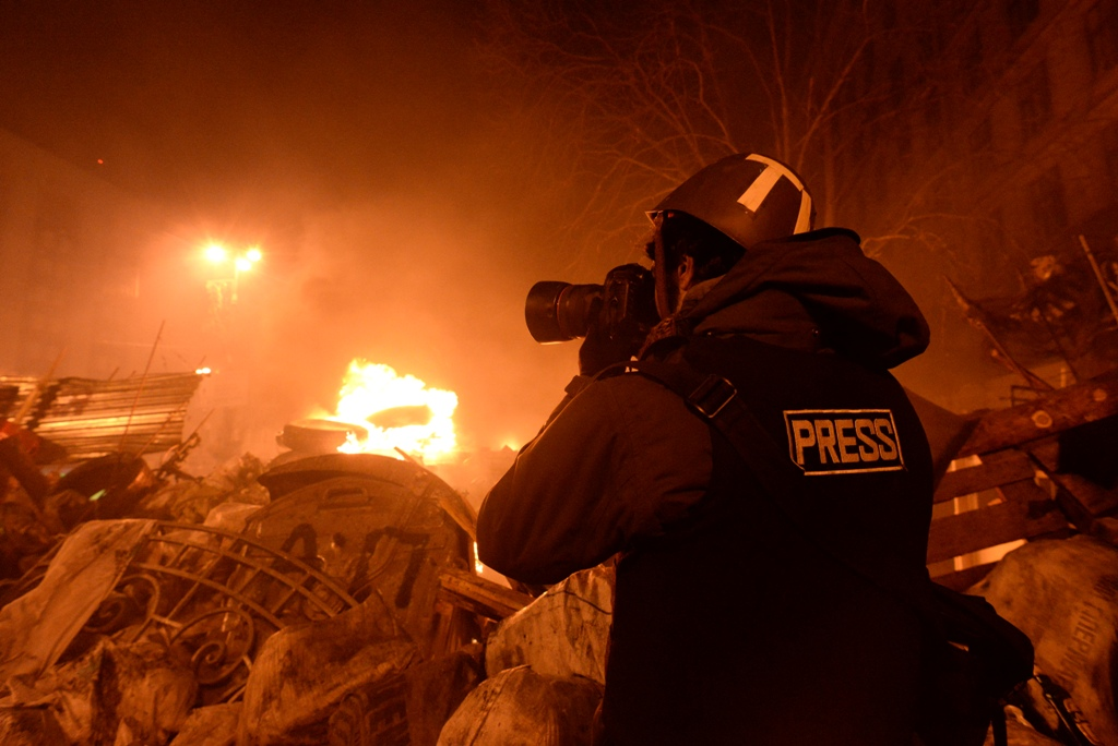 Journalist_documenting_events_at_the_Independence_square._Clashes_in_Ukraine__Kyiv._Events_of_February_18__2014_CC_BY-SA_3.0_Mstyslav_Chernov.jpg