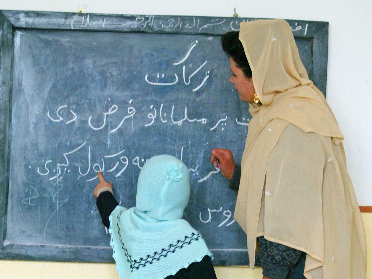 Frauenrechtlerinnen fordern die Weltbank auf, Mittel für die Bezahlung afghanischer Lehrer freizugeben