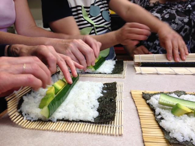 Sushi_manyhandrolling.jpg