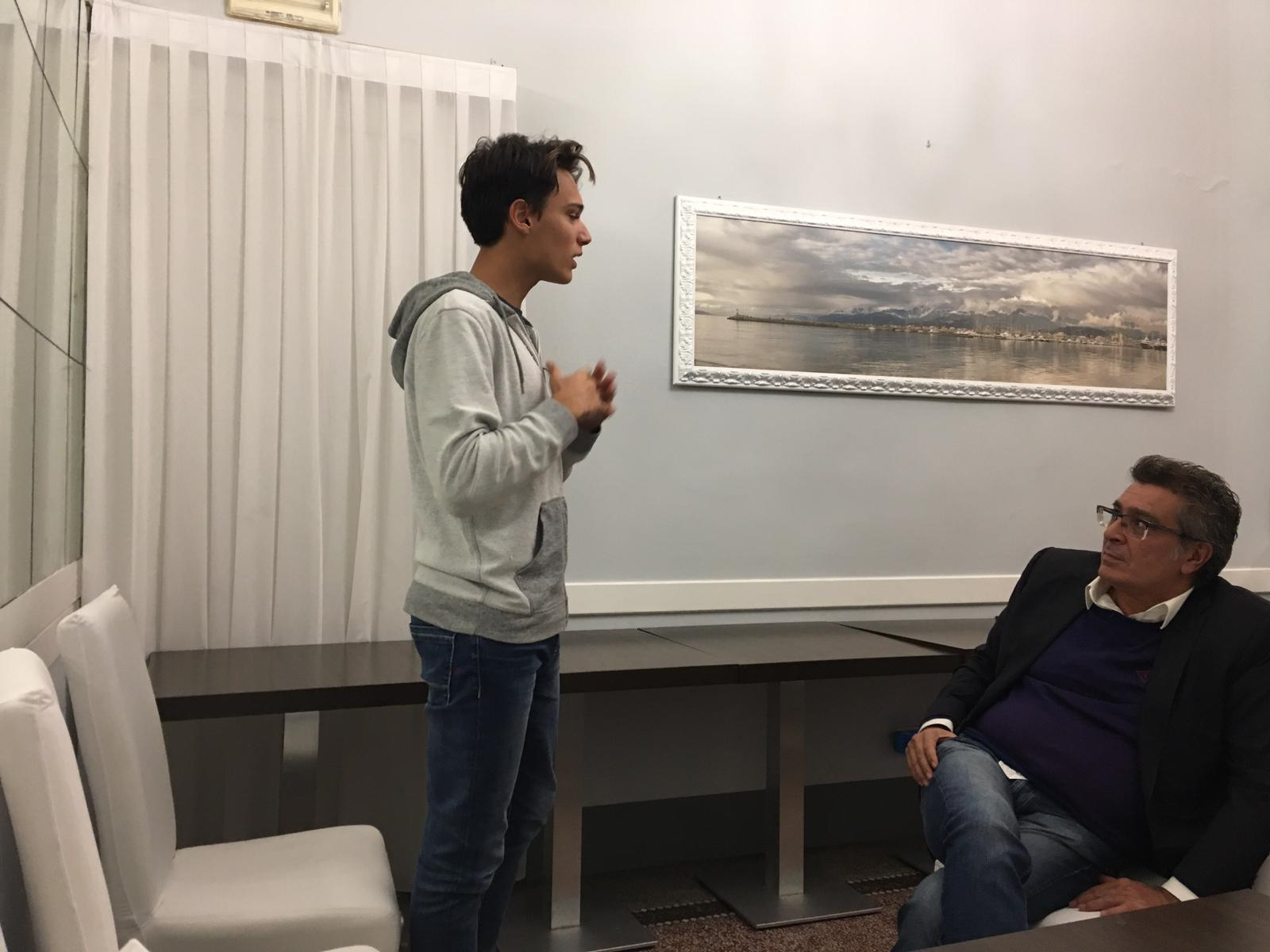Alessio, 17 anni, interviene alla prima riunione di Viareggio Italia Viva