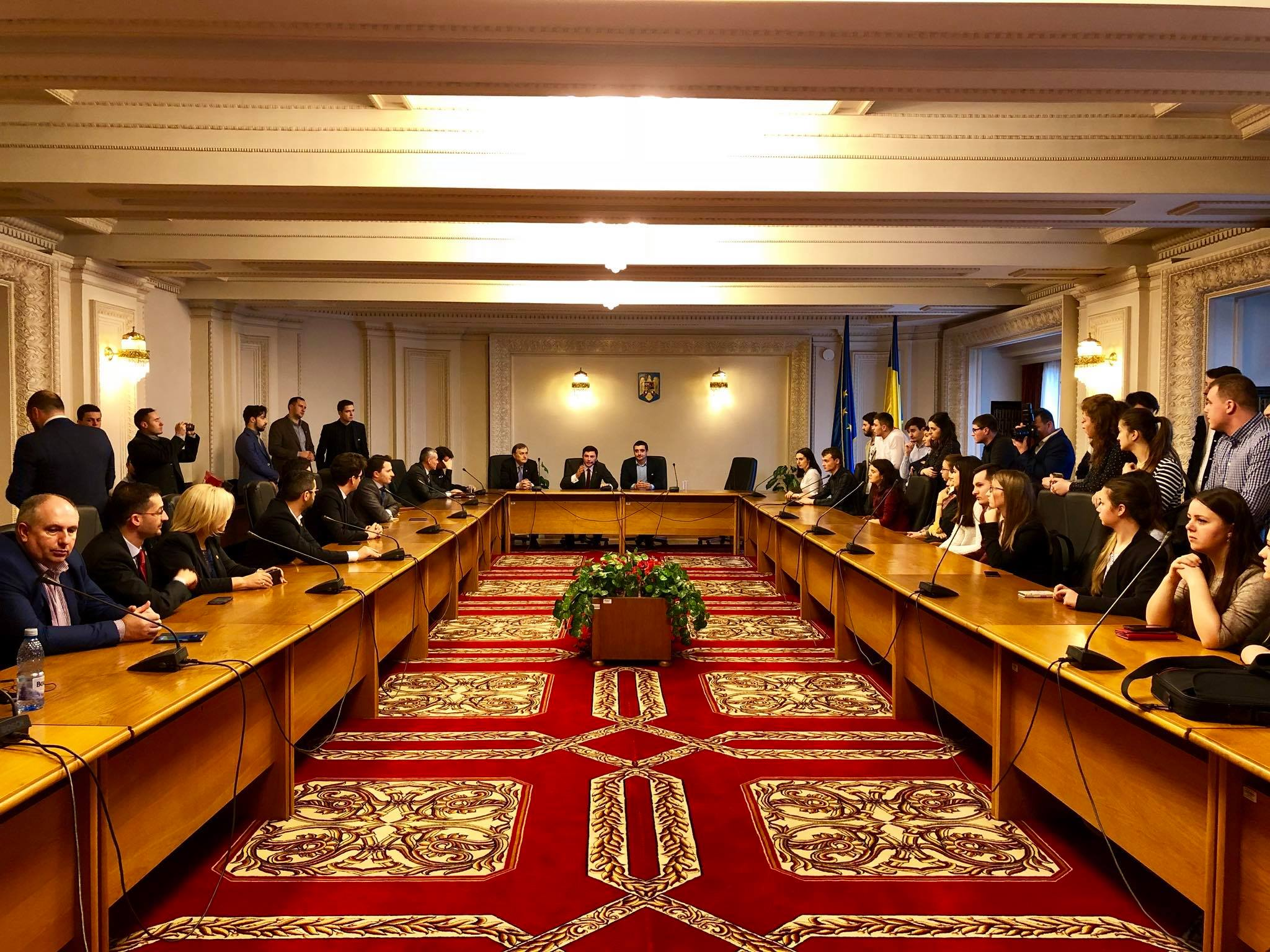 100 de stagiari din Basarabia la 100 de parlamentari