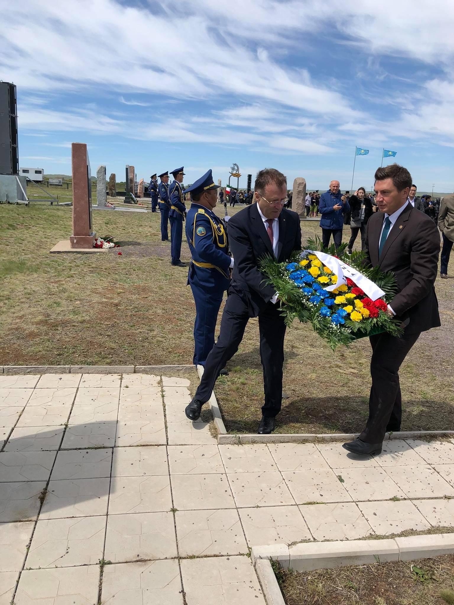 Deputat Constantin Codreanu flori monument