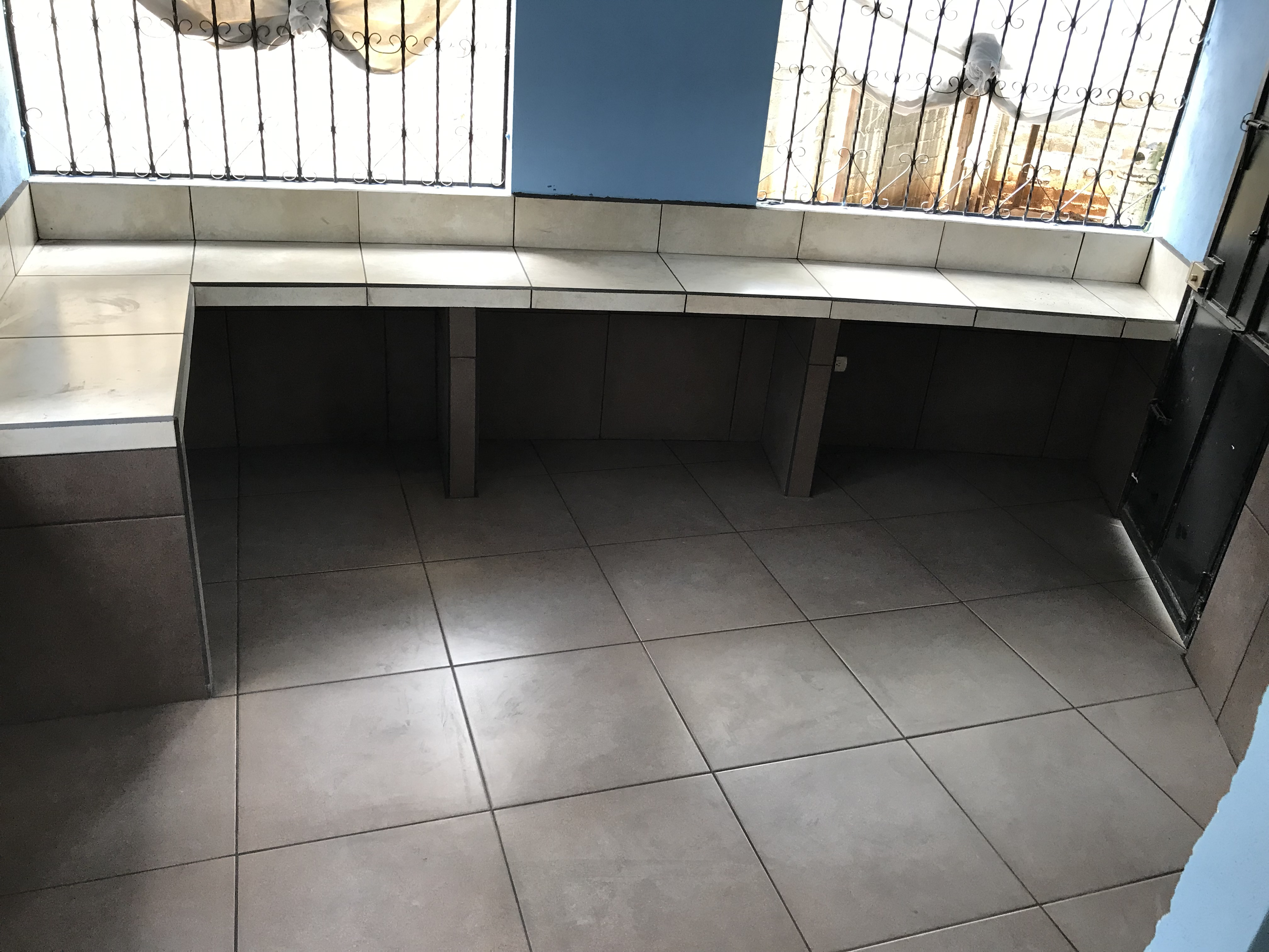 april_2019_kitchen_counter__and_floor_tiled.JPG
