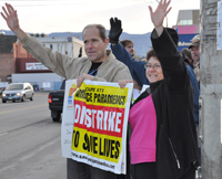 Okanagan Mainline District Council delegates get public support at an impromptu protest against Bill 21.
