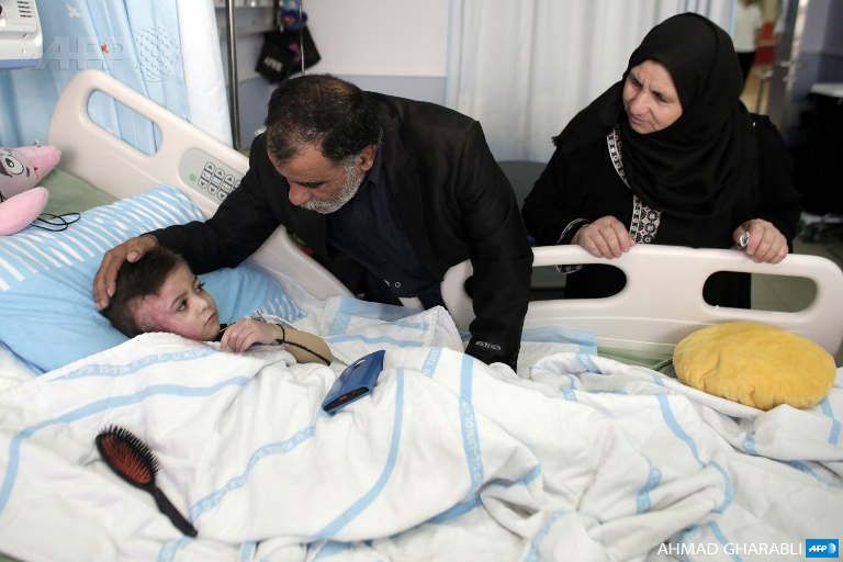 Ahmad Dawabsheh receives a visit from his maternal grandparents, Hussein (L) and Fakira, at the Tel Hashomer hospital on December 5, 2015, in Ramat Gan near the coastal Israeli city of Tel Aviv. (Photo: AFP / Ahmad Gharabli)