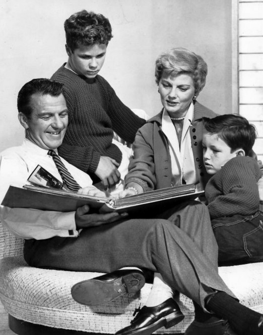 Cleaver_family_Leave_it_to_Beaver_1960.JPG