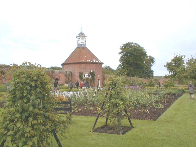 Walled_garden__Felbrig_Hall_-_geograph.org.uk_-_16918.jpg
