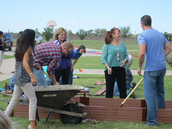 pic-3-web600x450-UNFI-Volunteers-Build-First-Grade-Gardens-in-Elgin.jpg