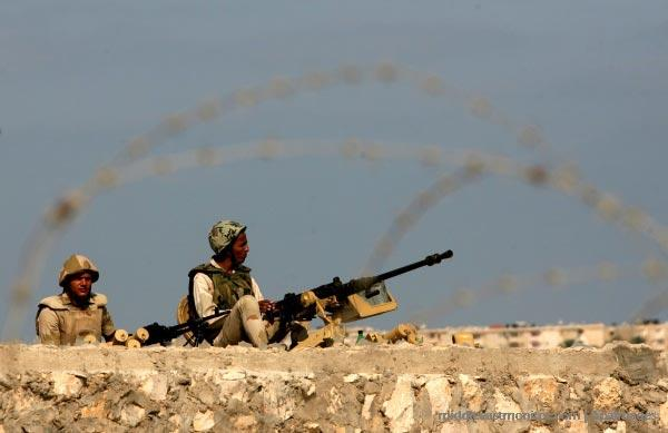 egyptian-soldiers-desert-border-gun.jpg