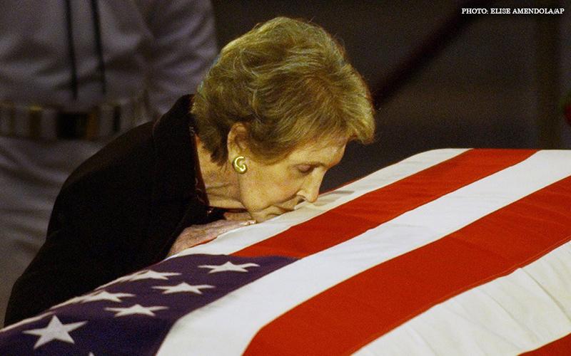Nancy_Reagan_Kissing_Casket.jpg