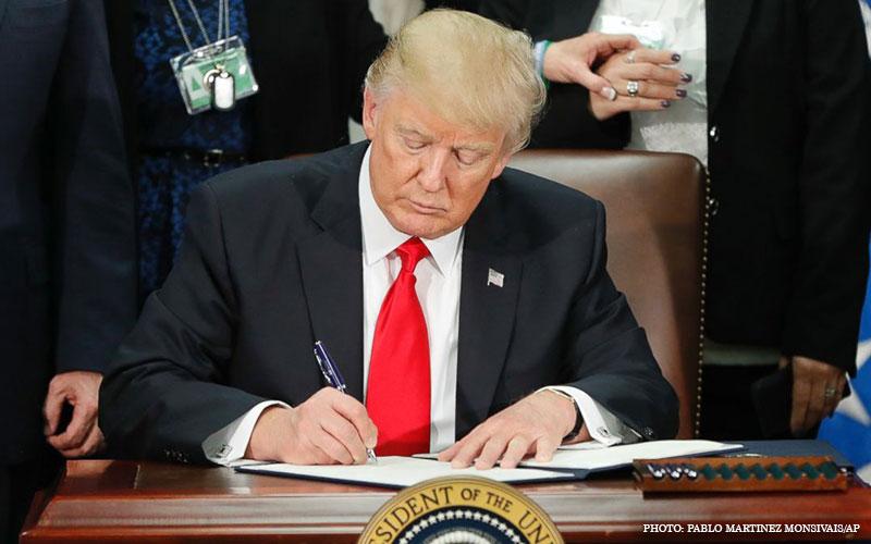 Trump_Signs_Order.jpg