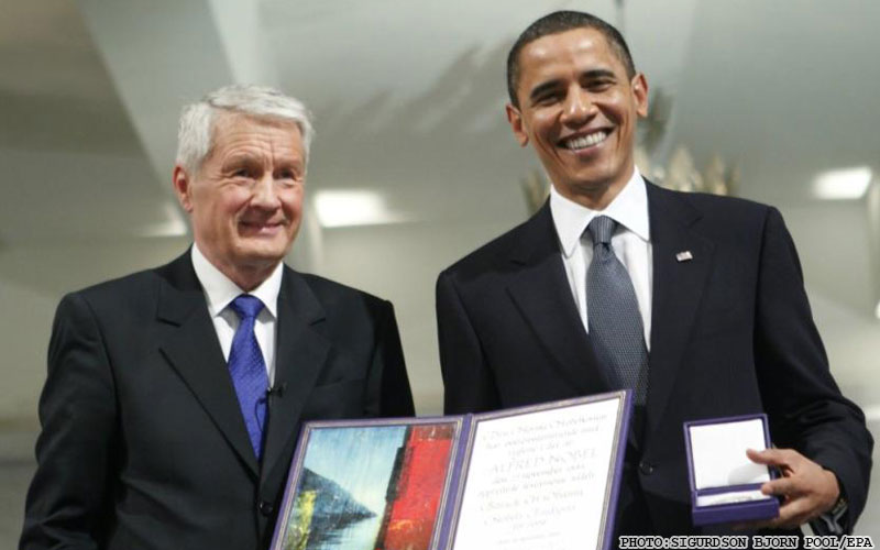 US President and Nobel Peace Prize laureate Barack Obama, right recieves his medal and diploma from the the Chairman of the Nobel committee Thorbjorn Jagland, left at the Nobel Peace Prize ceremony at City Hall in Oslo, Thursday, Dec. 10, 2009. (AP Photo Bjorn Sigurdson/ Scanpix Norway, Pool)