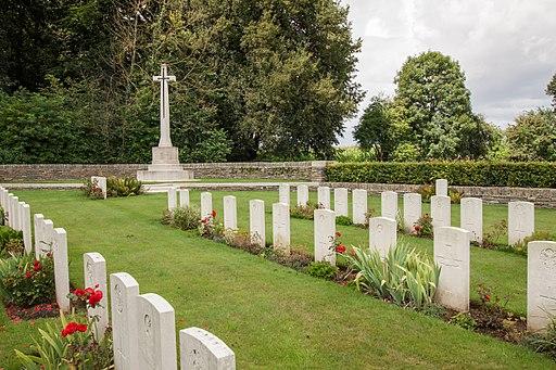 Bazentin-le-Petit_Military_Cemetery_-4_(1).JPG