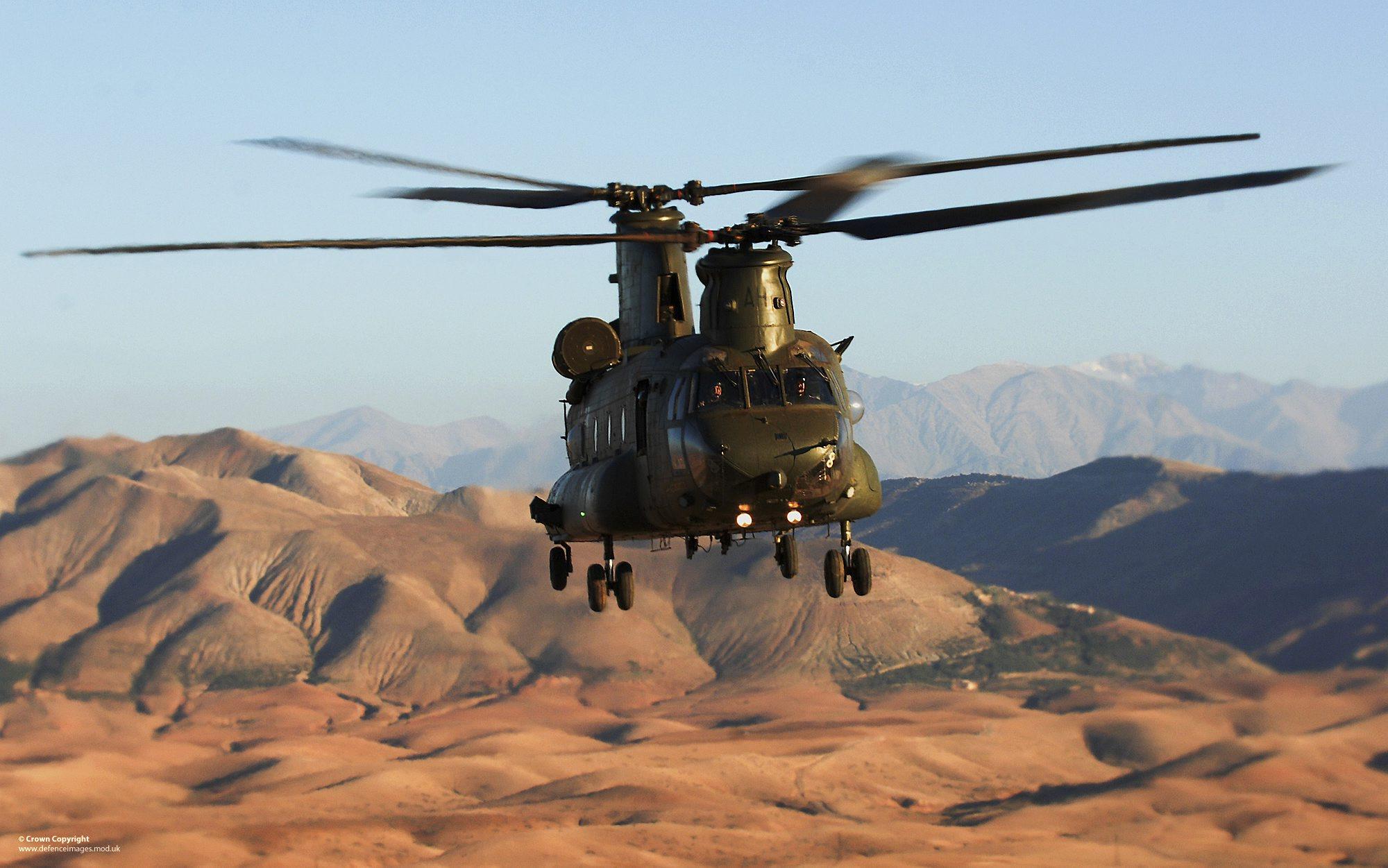 RAF_Chinook_helicopter_over_the_Sahara_Desert.jpg