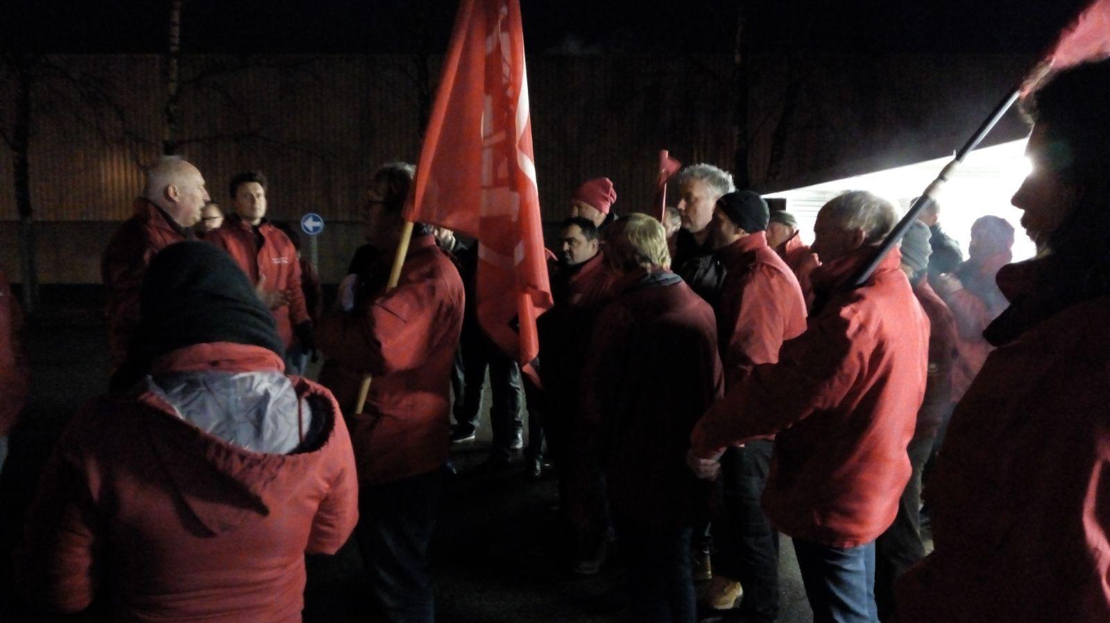 Syndicalisten in actie aan de poort van Norbord
