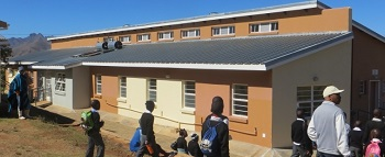 Lesotho_-_One_of_the_hospital_buildings_Apr_2015.jpg