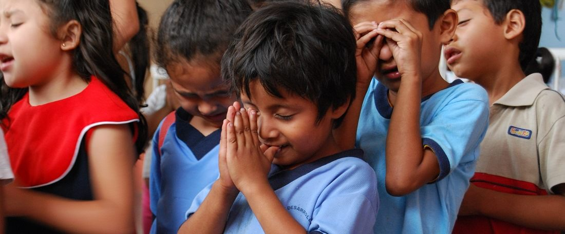 Children-praying-in-El-Salvador.jpg