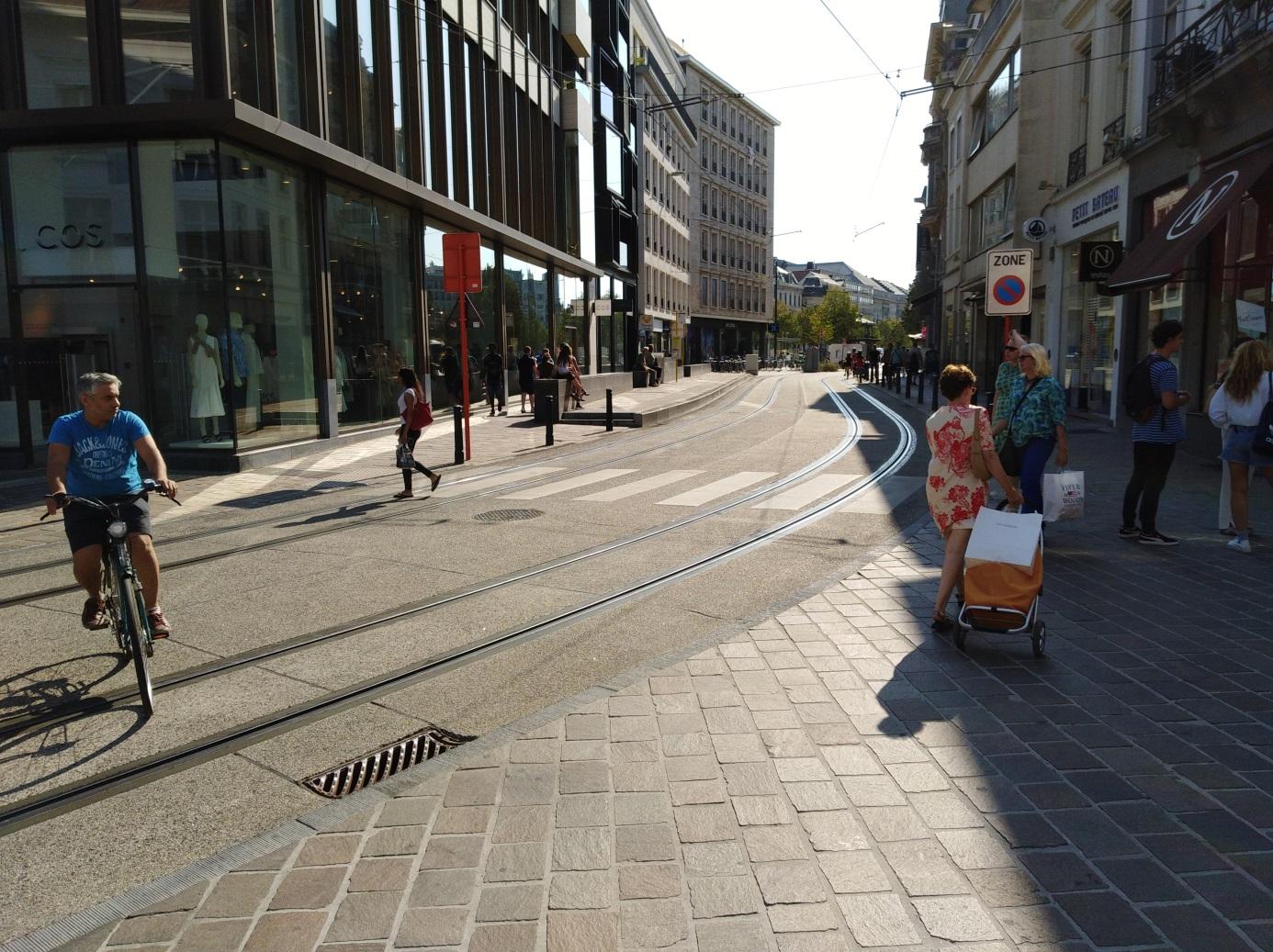 <h2>Brabantdam</h2><div>Een oude kasseiweg werd een bruisende winkelboulevard met brede voetpaden en degelijke traminfrastructuur.</div>