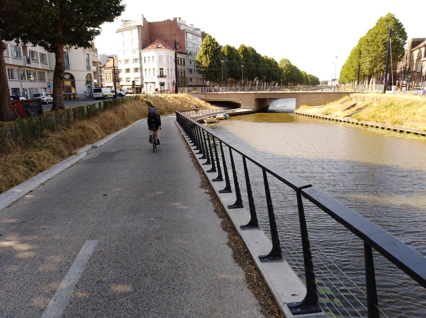 <h2>Onderdoorgang Rozemarijnbrug</h2><div>Fietsers langs de Coupure kregen een nieuwe, brede en veilige onderdoorgang zodat ze het verkeer op de Rozemarijnbrug niet meer hoeven te kruisen.</div>
